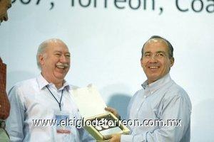 El Ayuntamiento y el comité de los 100 años de Torreón entregaron al presidente Felipe Calderón,  cinco medallas del Centenario de la ciudad.