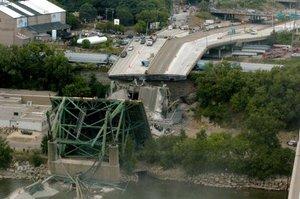 La policía de Minneapolis no espera encontrar con vida a las 20 ó 30 personas que están desaparecidas tras el derrumbe del puente sobre el río Mississippi.