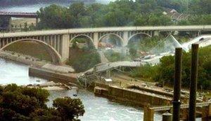 El puente era una de las arterias principales de entrada y salida de la ciudad, por lo que su destrucción significará un cambio drástico en la forma en la que la gente accede a sus puestos de trabajo en la ciudad.