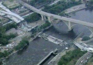 Decenas de vehículos quedaron apilados unos sobre otros en medio de los escombros. Algunas personas estaban varadas en tramos del puente que no se sumergieron por completo.