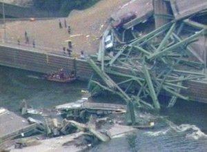 Un gran camión semirremolque en llamas y un autobús escolar quedaron atrapados en una plancha inclinada y por lo menos ocho autos y un camión estaban sumergidos bajo el agua.