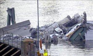 """""""Había dos filas de vehículos casi pegados entre ellos en el punto del derrumbe. Esos autos cayeron al río"""", dijo la teniente de Policía Amelia Huffman."""