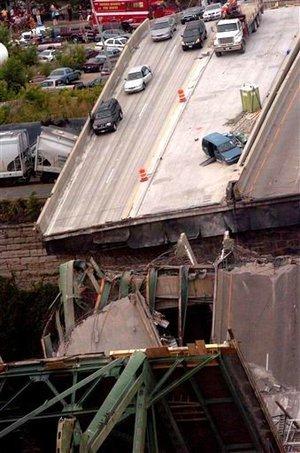 El puente arqueado, construido en 1967, se alza unos 19 metros por encima del agua. Unos 50 vehículos cayeron al agua.