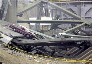 Este colapso lanzó vehículos, toneladas de concreto y metales retorcidos al agua.