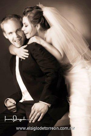 Sr. Adam P. Moyer Howkey y L.C.C. Sandra Iveth Castro Rodríguez unieron sus vidas en matrimonio en la parroquia Los Ángeles, el sábado 23 de junio de 2007.  <p> <i>Estudio Laura Grageda.</i>