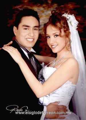 Sr. José Pablo González de Santiago y Srita. Andrea Medina Álvarez el día de su enlace matrimonial.  <p> <i>Estudio Reyes G.</i>