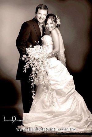 Sr. Carlos George Villalobos Buttler y Srita. Pamela Wolf González unieron sus vidas en sagrado matrimonio en la parroquia de San Pedro Apóstol, el sábado siete de julio de 2007.  <p> <i>Estudio Laura Grageda.</i>