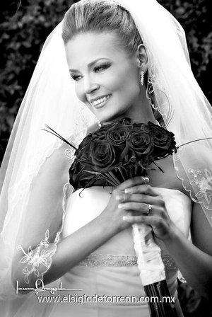 Ing. A. Ximena Martínez Moreno, el día de su enlace matrimonial con el Ing. Carlos Aguirre Carmona. <p> <i>Estudio Laura Grageda.</i>