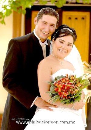Sr. Mario Alberto Reynoso Solé y Srita. Gabriela del Carmen García Macías contrajeron matrimonio en la parroquia de San Felipe de Jesús el sábado 23 de junio de 2007.  <p> <i>Estudio Laura Grageda.</i<