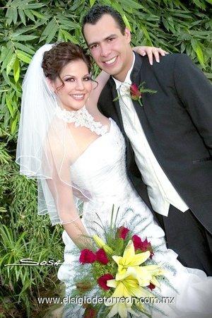 Sr. Manuel Alejandro Franco Padilla y Srita. Ana Laura Farhat Muñoz contrajeron nupcias en el altar de la parroquia Los Ángeles, el sábado 14 de junio de 2007.  <p> <i>Studio Sosa.</i>