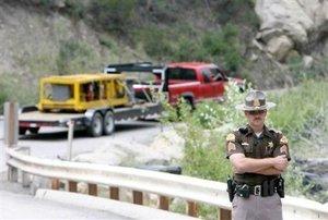 Numerosos vehículos de emergencia se encuentran en los alrededores de la mina.