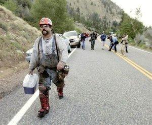 Seis equipos de rescate, apoyados con al menos 30 tipos de maquinaria pesada, continúan intentando establecer contacto con los mineros.