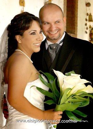 Sr. Aarón Antonio Pérez Ledezma y Srita. Beatriz Isabel Vega Frías unieron sus vidas en matrimonio en el altar de la parroquia de La Inmaculada Concepción, el sábado siete de julio de 2007. <p> <i>Estudio Morán.</i>
