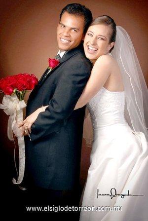 Sr. Severo Hernández de Lara y Srita. Brenda Citlalli Máynez Huerta recibieron la bendición nupcial en la parroquia Los Ángeles, el sábado 14 de julio de 2007. <p> <i>Estudio Laura Grageda.</i>