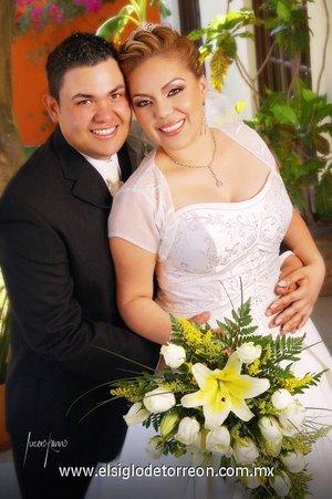 Sr. Julio Iván Odriozola Cerpa y Srita. Jeannette Dueñas Curiel contrajeron matrimonio en la parroquia de San Juan de los Lagos, el sábado 30 de junio de 2007.  <p> <i>Estudio Lucero Kanno.</i>