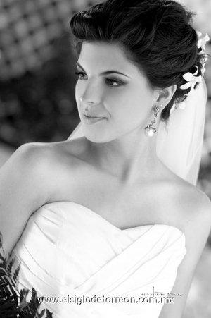 Srita. Leticia Cepeda Garza, el día de su boda con el Sr. Sebastián González Zambrano. <p> <i>Estudio Carlos Maqueda.</i>