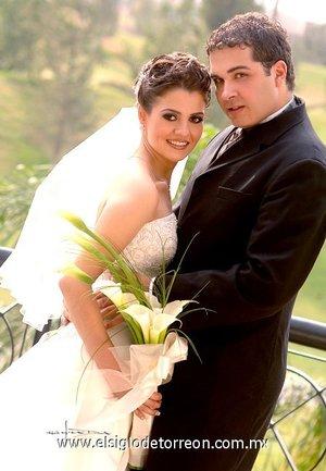 Sr. Juan Carlos Carmona González y Srita. Margarita Jaidar Arratia contrajeron matrimonio con el  en la parroquia Los Ángeles, el sábado nueve de junio de 2007.  <p> <i>Estudio Carlos Maqueda.</i>