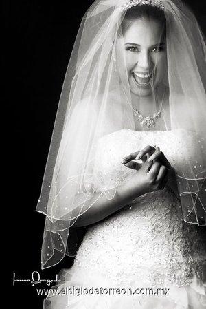 Srita. Mariana González Cardosa, el día de su boda con el Sr. Pedro Ybarra Garza. <p> <i>Estudio Laura Grageda.</i>