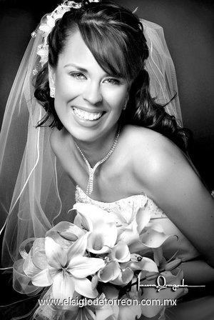 Srita. Martha Angélica Domínguez Rosales el día de su boda con el Sr. Ricardo Ramiro Padilla Aguirre. <p> <i>Estudio Laura Grageda.</i>