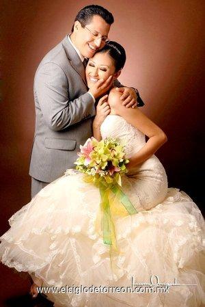 Sr. Leonardo Urbiola Soto y Srita. Rosalba Cobos de los Santos contrajeron matrimonio en la capilla de La Santa Cruz de Casa Cristiandad, el sábado siete de julio de 2007.  <p> <i>Estudio Lura Grageda</i>