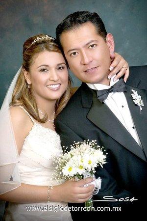 Sr. Sergio Antonio Delgado de los Santos y Srita. Susana Sierra Montelongo unieron sus vidas en matrimonio, en la parroquia Del Rosario, de Parras el sábado 14 de julio de 2007.  <p> <i>Studio Sosa.</i>