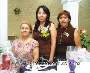 02082007 Claudia Lorena Candelas Cardona junto a María de los Ángeles Cardona y Alicia Moreno de Martínez, anfitrionas de su fiesta pre nupcial.