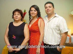 02082007 Dyana Ivette Saavedra González y Carlos Eduardo Katsicas Alvarado, acompañados de Mayela de Saavedra, anfitriona de su despedida.