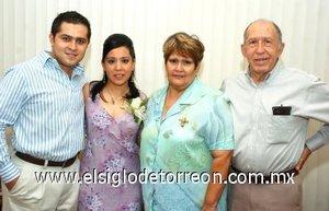 03082007 Los novios acompañados de Brenda Patricia Rodríguez de Martell y María Luz Imelda Rivera de Rodríguez, organizadoras del convivio.