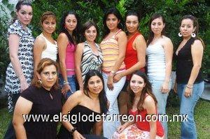 04082007 Mónica Lizeth Cervantes Maldonado, en su despedida de soltera acompañada por amigas y familiares.