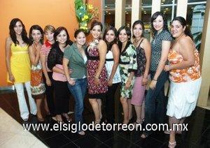 05082007 Adriana con algunas de sus amigas asistentes a su fiesta de despedida.