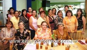 05082007 Feliz lució Adriana acompañada de familiares y amigas en su fiesta pre nupcial.