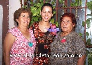 05082007 Beatriz Esparza Martínez, en compañía de las organizadoras de su despedida de soltera.