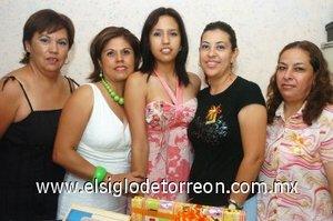 05082007 Rocío Ávila Dempuolff junto a las anfitrionas de su despedida, Ernestina de Dempuolff, Iliana Torres, Aracely Díaz de León y Teresa Díaz de León.