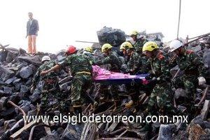 Los equipos de rescate hacen lo posible por recuperar a las víctimas del accidente.
