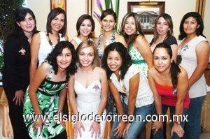 05082007 La festejada acompañada de un grupo de amigas las cuales asistieron a su despedida de soltera.
