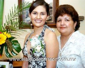 05082007 Martha Berenice con su mamá Martha Alicia Sánchez Solís, quien le organizó una despedida de soltera.