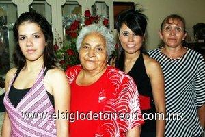 08082007 Alejandra Yanela Aguilera Álvarez junto a sus familiares, en la despedida que le ofrecieron por su boda con Humberto Mesta Frías, a el sábado 11 de agosto.