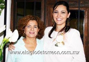 08082007 Karyme Sánchez Salmón junto a Emma Longoria de Tovar, anfitriona de su despedida.
