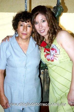 09082007 Priscila Mayela Santos García junto a su mamá, Mayela García Zamarrón, quien le ofreció una despedida por su boda con David Francisco Villegas, a efectuarse este sábado.