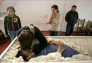 En la sede municipal se acumulan decenas de cadáveres que no pudieron ser trasladados a la morgue por falta de capacidad, mientras otros tantos están esparcidos por las calles de Pisco, tal como lo mostraban imágenes difundidas por la televisión local.
