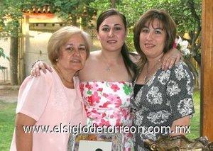 14082007 Miriam Corral Izaguirre junto a las anfitrionas de su despedida, Lillian Izaguirre de Corral y Lillian Corral de García.