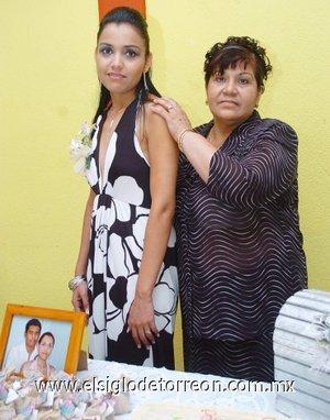 11082007 Carla Viviana Gámez Belmontes acompañada de la anfitriona de su fiesta pre nupcial, Martha Irene Belmontes Salazar.