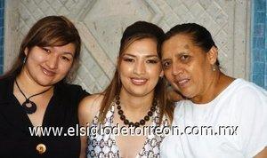 11082007 Elizabeth Rivas Iduñate junto a su mamá, Elvira Iduñate Moreno y su hermana, en su fiesta pre nupcial.