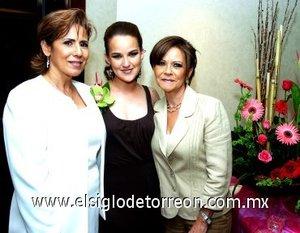 12082007 La festejada junto a las anfitrionas Rosina Martínez Salcido y Lilia Morales de Aguilar.