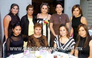 15082007 Alejandra González Cansino, en compañía de algunas de las invitadas a su despedida de soltera.
