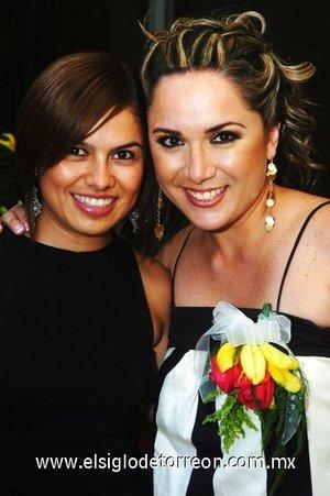 15082007 La futura novia en compañía de su amiga Alejandra Rodríguez.