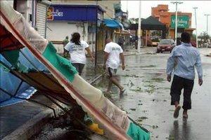 Dean causó algunas inundaciones en la costa de entre 1.83 y 2.44 metros por encima de los niveles normales de la marea.