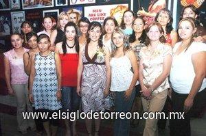 20082007 Liliana, en compañía de algunas de las asistentes a su fiesta pre nupcial.