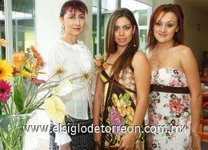 16082007_J_Olimpia Yuridia Berumen García acompañada de Violeta Silva Sánchez Álvarez y Ana Ixchel Correa Silva, quienes le ofrecieron una fiesta pre nupcial.