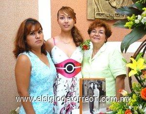 19082007_d_Liliana Soto Puentes junto a Mary y Coco Soto, anfitrionas de su despedida.